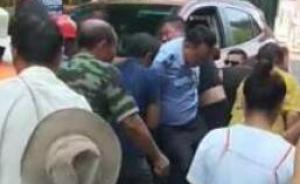 暖闻|宜宾三岁男童被卷入车底,城管和群众抬车救人