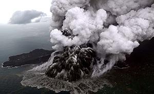 早安·世界 航拍印尼喷发中的喀拉喀托火山,浓烟直冲天际
