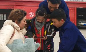 女孩掉入冰窟被救,康复后探望消防哥哥