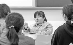 """高校思政老师邀""""玻璃女孩""""进课堂交流,学生感叹:被打醒了"""
