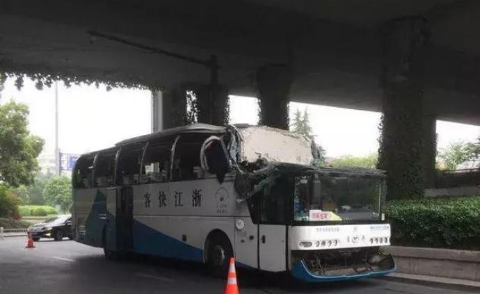 杭州通报大巴超高撞桥事故:6人皮外伤,司机排除酒驾毒驾