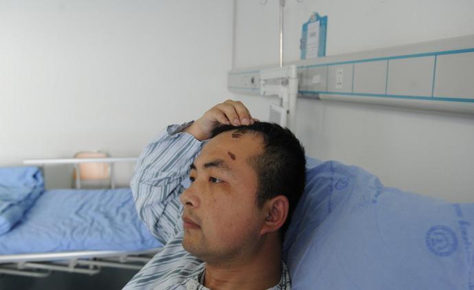 暖聞|重慶民警為救輕生男孩摔倒后骨折,獲家屬送錦旗致謝