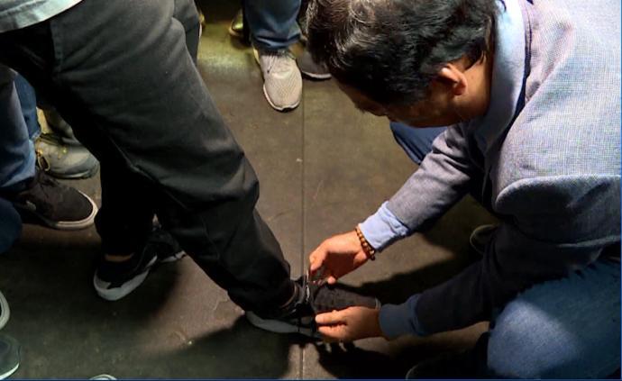 郭台铭给记者系鞋带:人生就不能跌倒