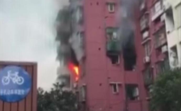 暖聞|杭州一沿街住戶凌晨失火,過路灑水車加壓噴水控制火勢