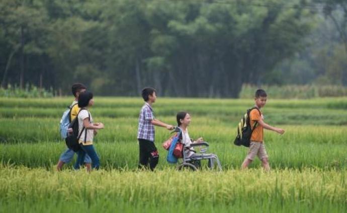 暖闻|广东茂名一小学学生两年轮流护送残疾女生上学