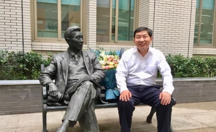 在武汉调研期间,司法部副部长熊选国专程回?#24863;?#27494;大祭拜恩师