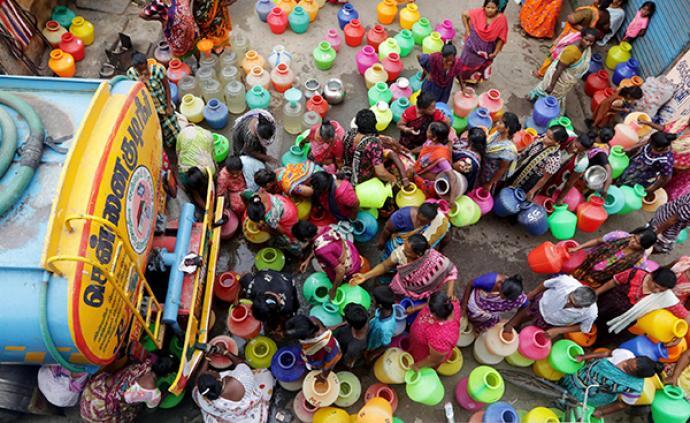 美媒聚焦印度缺水危机:水库干涸,居民炎热夏日排队接水