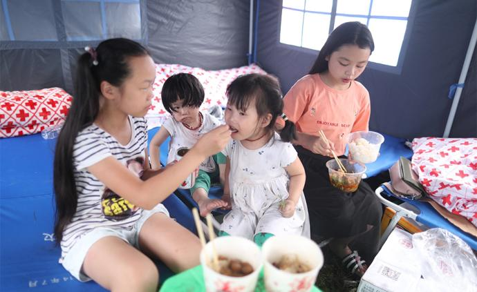 晚安·世界|津津有味:震中双河镇安置点的孩子们吃上热饭