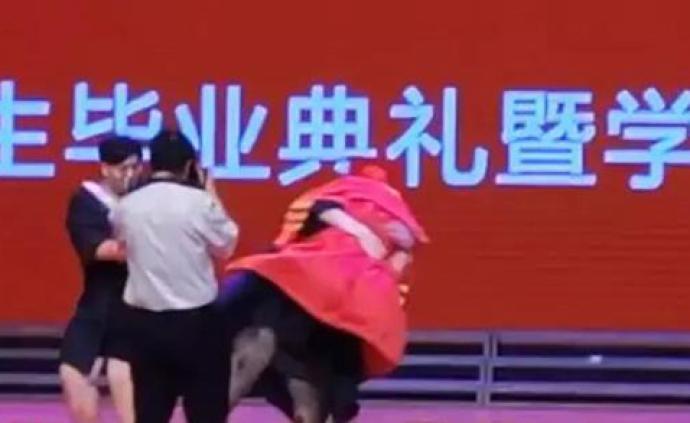 """長春""""最配合校長""""今年被畢業生""""抱摔"""",官微""""自嘲""""暖心"""