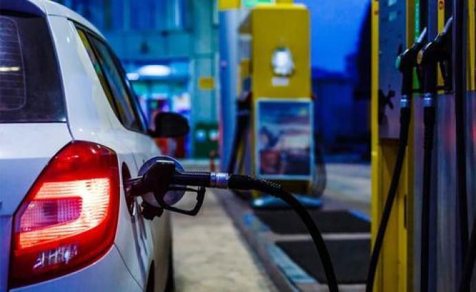 """成品油价月内""""两连跌"""",加满一箱92号汽油少花约4.5元"""