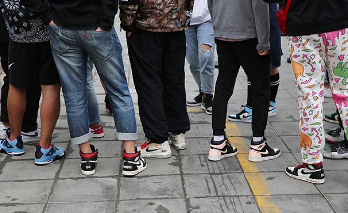 限量发售、摇号抽签、转卖溢价,爆款运动鞋是如何炒出天价的