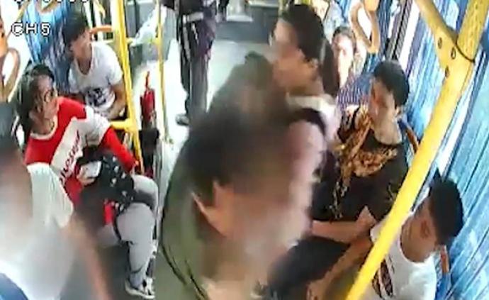 男子公交坐过站后抢夺方向盘,浙江金华初三女生挺身阻拦