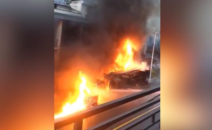 油罐车侧翻起火引燃房屋,2死4伤