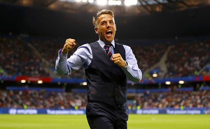 貝克漢姆帶女兒支持英格蘭女足,這支球隊主帥是菲爾·內維爾