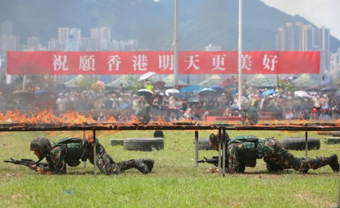 城事丨香港回歸祖國22周年:3萬市民參觀駐港部隊軍營