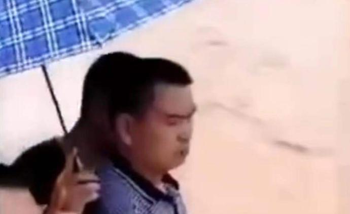 """贵州一副镇长抗洪有人打伞被指""""架子大"""",回应:系群众主动"""