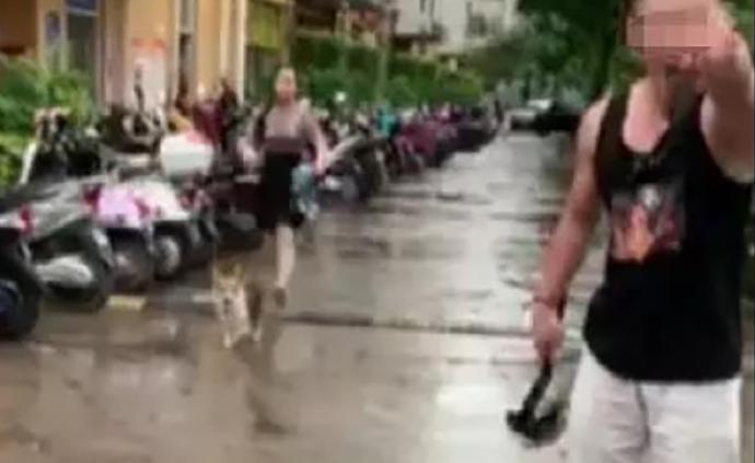 """因邻居提醒""""遛狗要牵绳"""",南宁一男子竟拿出斧子威胁被带走"""