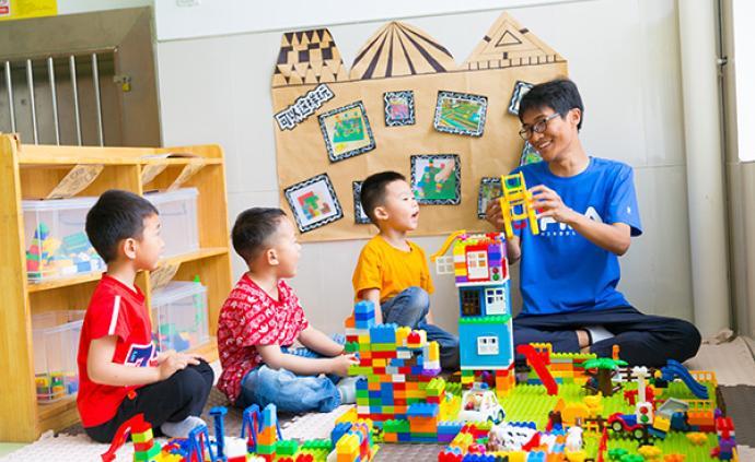 """城市与社会︱""""女性化""""的幼师行业?男教师的矛盾与挑战"""