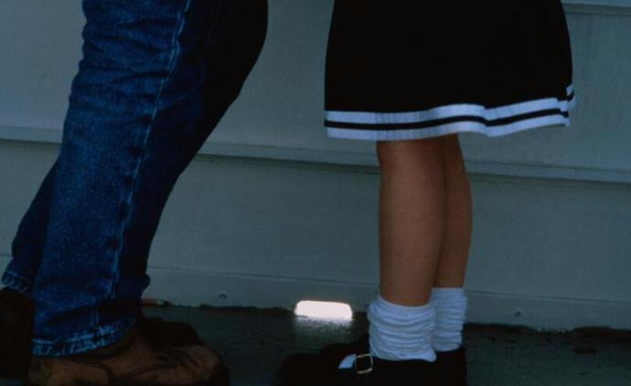 男教師猥褻女童被培訓機構開除,又在另一機構猥褻多名兒童