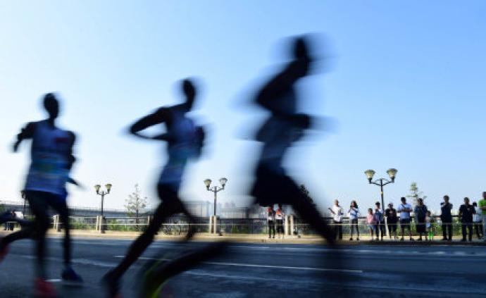 中国科研人员开发出可穿戴发电设备,通过行走时膝盖弯曲发电