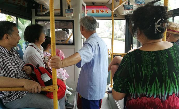 暖闻|青岛一公交车上老人突发心绞痛,同车大妈镇定将其送医