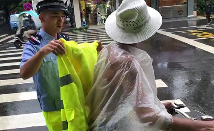 暖闻|眉山交警大雨中脱下荧光雨衣给过路老人披上,继续巡逻