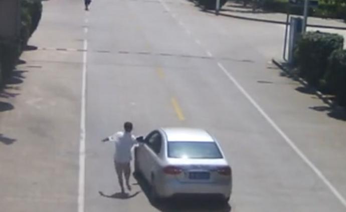 鞋子脫落赤腳追,殘疾的哥截停失控車輛