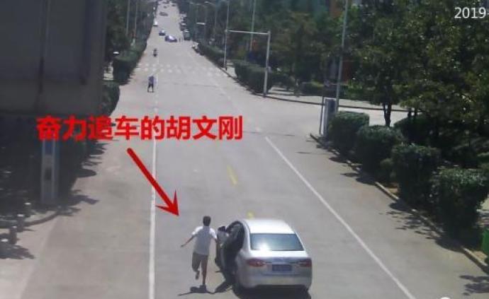 暖闻|宜昌残疾的哥飞身截停失控车辆,被授予见义勇为称号