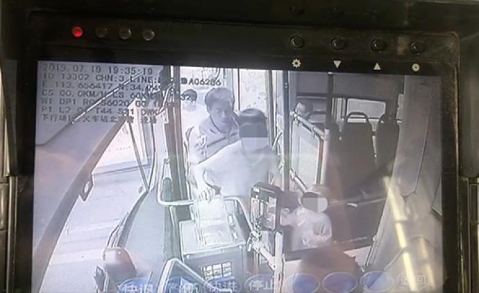 暖闻|12岁男孩和2岁弟弟迷路,公交司机全程护送找家人