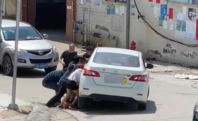 暖闻|广东江门男子骑车卷入汽车底,10余名路人抬车救人