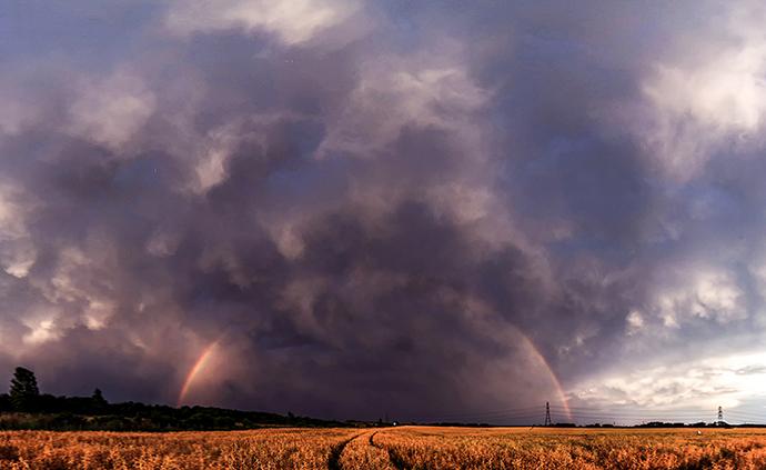 早安·世界|英国肯特郡遭遇雷暴,乌云中现彩虹美到震撼