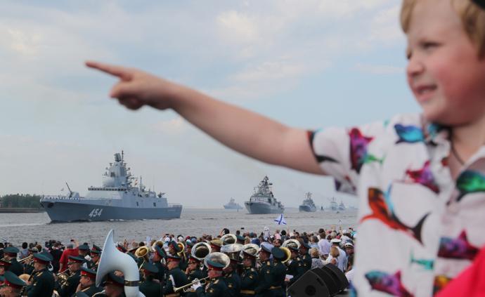早安·世界|俄罗斯庆祝海军日,也门首都闹蝗灾遮天蔽日