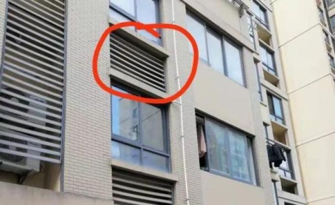 老人遭空降百叶窗砸头缝八针,记者采访时又遇百叶窗坠落身前