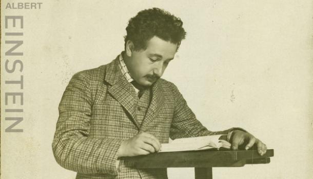 愛因斯坦廣義相對論手稿原件來滬展出,楊振寧也來參觀了