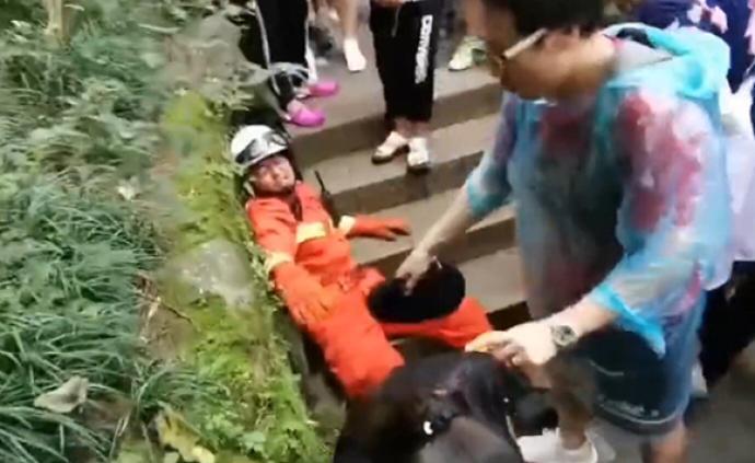 """黃果樹景區內消防員登山救人兩次累癱,""""救人不能救到一半"""""""