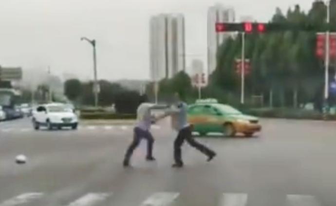 男子駕車追尾撞傷人被查,揮拳追打輔警