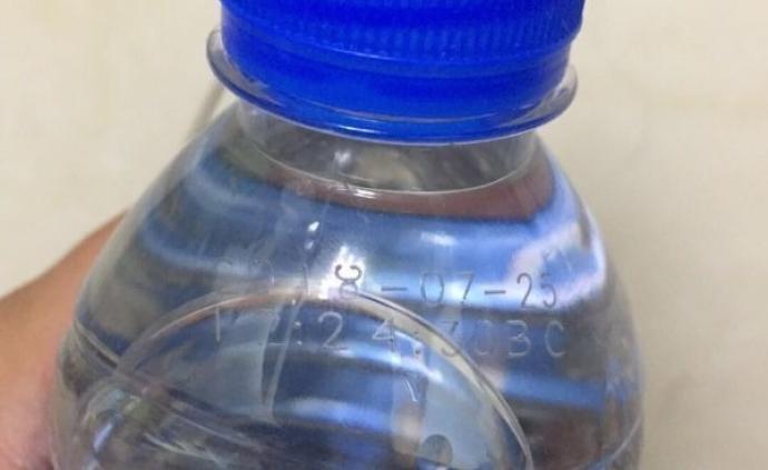 武漢一公司發過期瓶裝水慰問環衛工,回應稱已召回銷毀