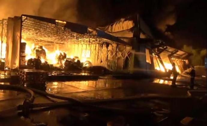 上海一农药仓库火灾:3名消防员灭火时高温中暑,原因在查