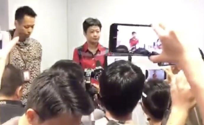 央视热评:港媒记者围堵内地女记者让谁蒙羞?