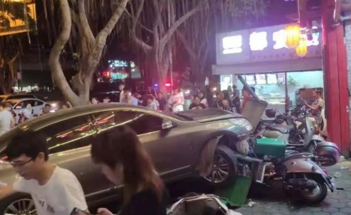 南宁一私家车连撞多车和路人致2死3伤,肇事者涉嫌酒驾逃逸