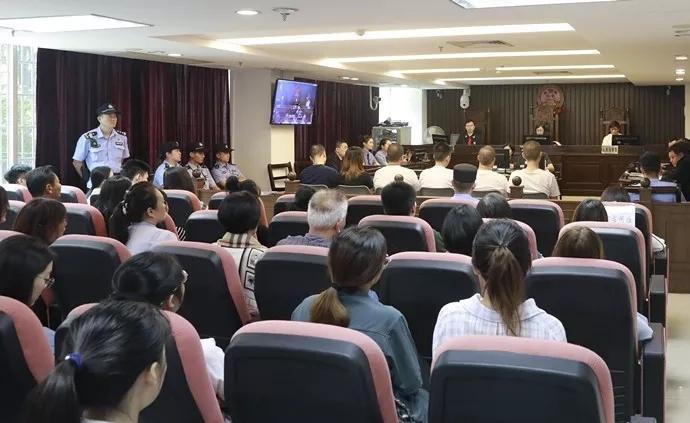"""""""广州十三行男员工坠亡""""案开庭:女老板等6人被控非法拘禁"""
