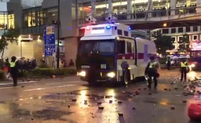 視頻丨香港警方首次出動水炮車,以水柱驅散示威者