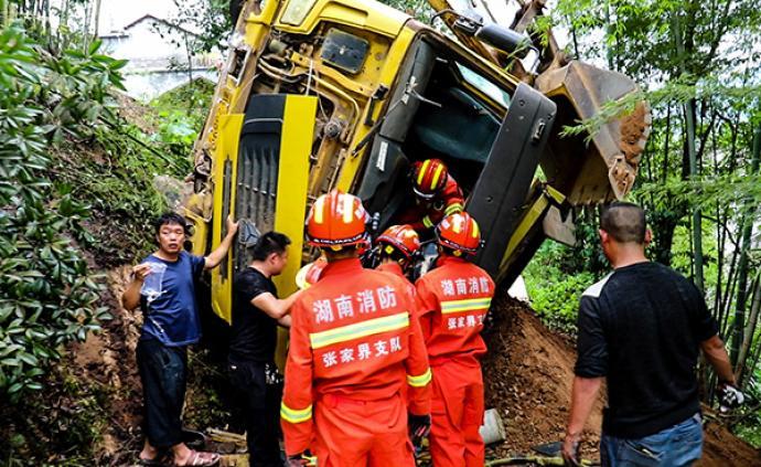 村民房舍上方十米懸掛著翻落的渣土車,湖南慈利消防成功營救