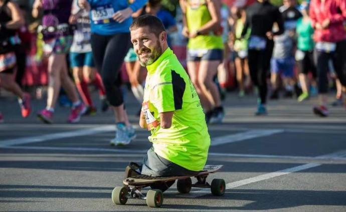 """沒有四肢就不能奔跑?他用滑板""""跑""""完七次馬拉松"""