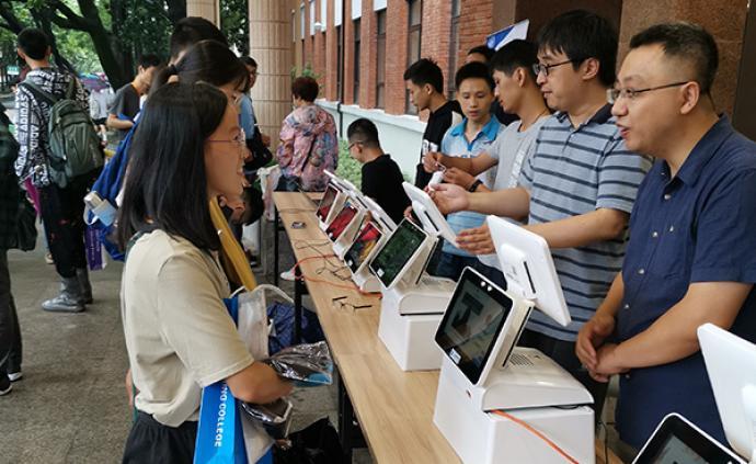 復旦迎新現場:AI機器人提供服務,研支團的支教學生來報到