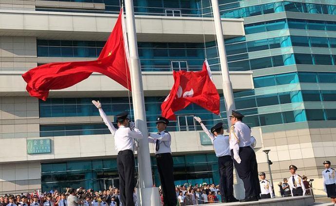 """香港各界人士举行隆重升旗仪式,高呼""""中国万岁"""""""