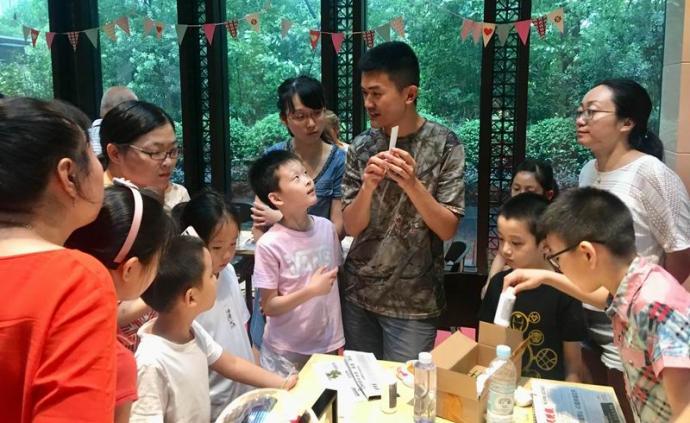 工程师在小区里做义务老师,让孩子们喜欢上了自然科学