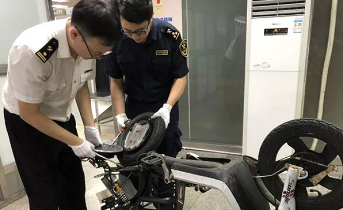 男子用电单车轮毂夹藏走私20部苹果手机被深圳海关查获