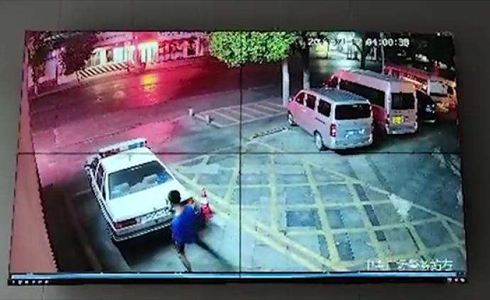 """湖北19歲男子踩警車自拍稱""""曉得哥的實力么"""",被警告處罰"""
