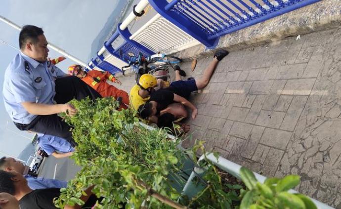 小伙坐上大橋欄桿欲輕生,消防隊員假扮外賣小哥靠近一把救下